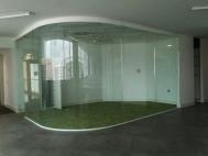 Изогнутая стеклянная перегородка