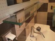 Стеклянная полка в ванной