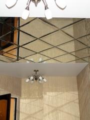 Зеркальное панно на потолке