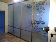 Раздвижные межкомнатные стеклянные перегородки с пескоструйным рисунком