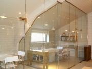 Стеклянная межкомнатная перегородка из прозрачного стекла