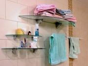 Стеклянные полки в ванной