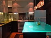 Стеклянная столешница для кухни с подсветкой