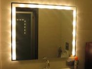 Настенное зеркало с подсветкой в ванную комнату