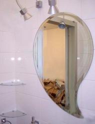Фигурное зеркало в ванную на заказ в Москве